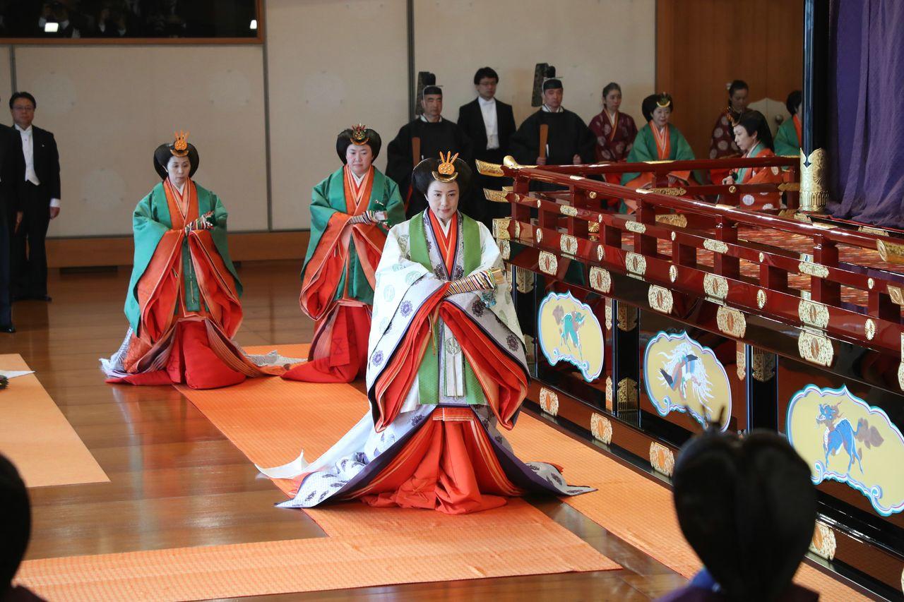 Императрица Масако с сопровождающими выходит из зала после окончания церемонии (© Jiji)