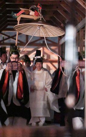 Император Нарухито перед исполнением ритуала Сукидэн кёсэн-но ги, раннее утро 15 ноября 2019 г.