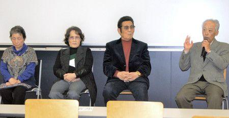 Ким Рунсиру (вторая слева) и Исикава Манабу (крайний справа) участвуют в симпозиуме, чтобы поделиться опытом «возвращения на историческую родину» – в Северную Корею, 17 ноября, Токио, район Синдзюку