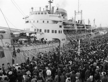 На оживлённых проводах японских корейцев отъезжающие в Северную Корею репатрианты и провожающие держат бумажные ленточки. Май 1971 г., г. Ниигата, порт Ниигата