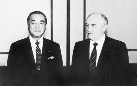 Бывший премьер-министр Накасонэ Ясухиро (слева) и генсек ЦК КПСС М. С. Горбачёв перед беседой в Кремле, июль 1988года (фотография AFP / Jiji Press)