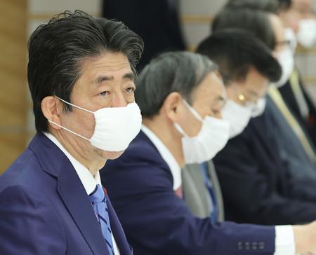 新型コロナウイルス感染症対策本部の会合に臨む安倍晋三首相(左端)=27日正午ごろ、首相官邸