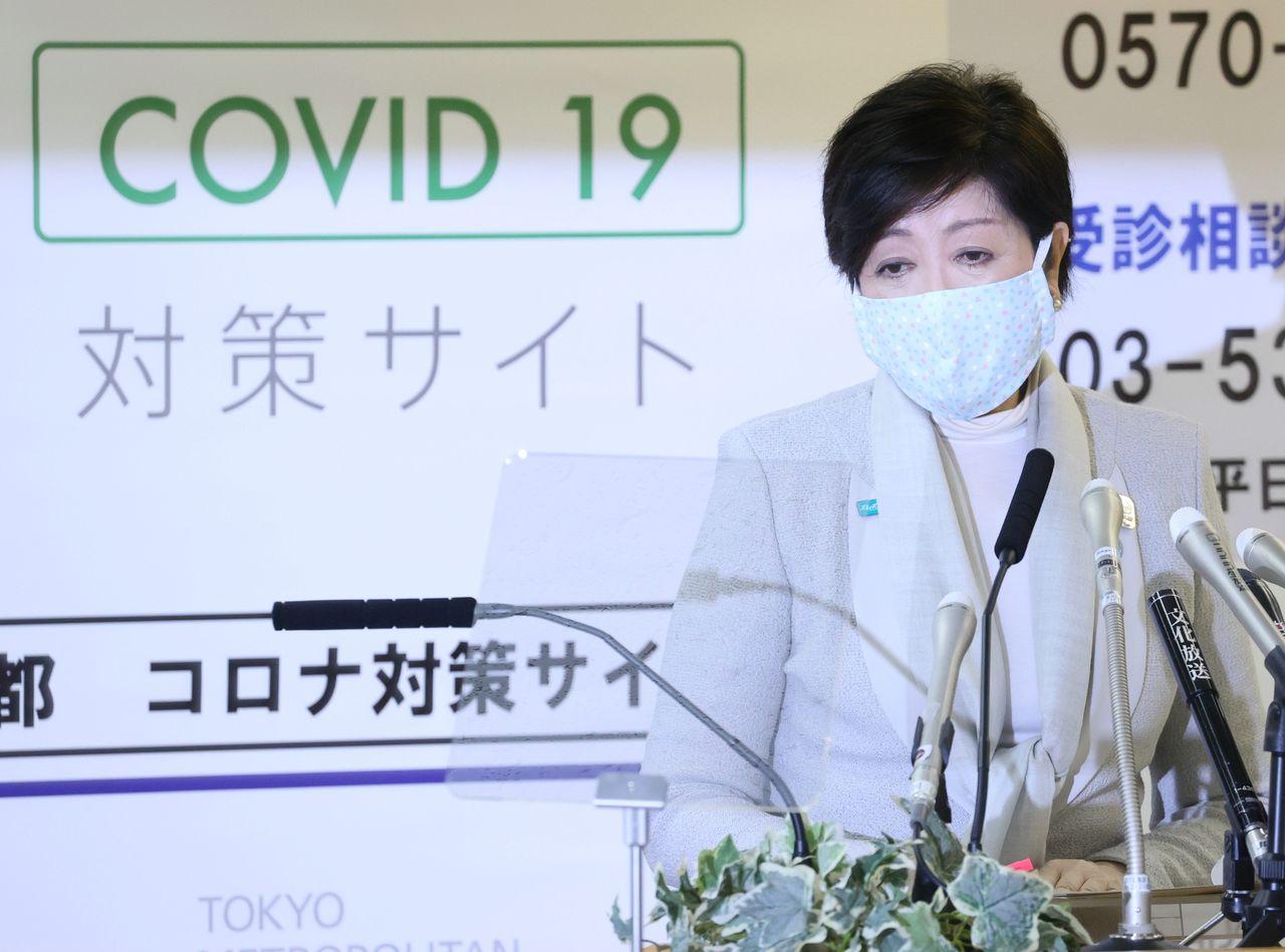 Губернатор Токио Коикэ Юрико выступает на пресс-конференции, 10 апреля 2020 г., здание администрации Токио (© Jiji Press)