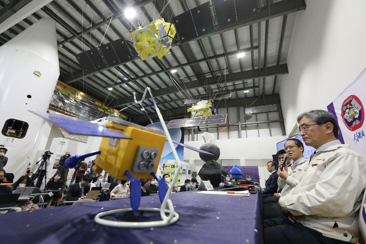 Руководитель проекта Японского агентства по освоению аэрокосмического пространства (JAXA) Цуда Юити (второй справа) на пресс-конференции по случаю прибытия капсулы с образцами, выпущенной астероидным зондом «Хаябуса-2».
