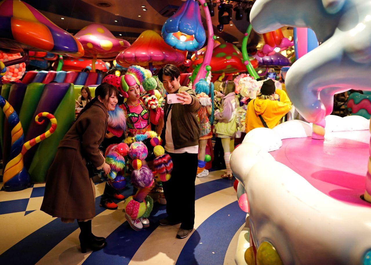Гости делают селфи с «девушкой-монстром» Kawaii Monster Cafe во время вспышки коронавирусной болезни (COVID-19), Токио, Япония, 31 января 2021 г. REUTERS / Issei Kato