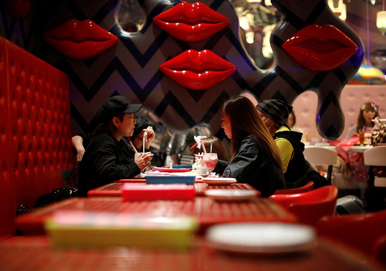Гости за напитками и едой в Kawaii Monster Cafe во время вспышки коронавирусной болезни (COVID-19), Токио, Япония, 31 января 2021 г. REUTERS / Issei Kato