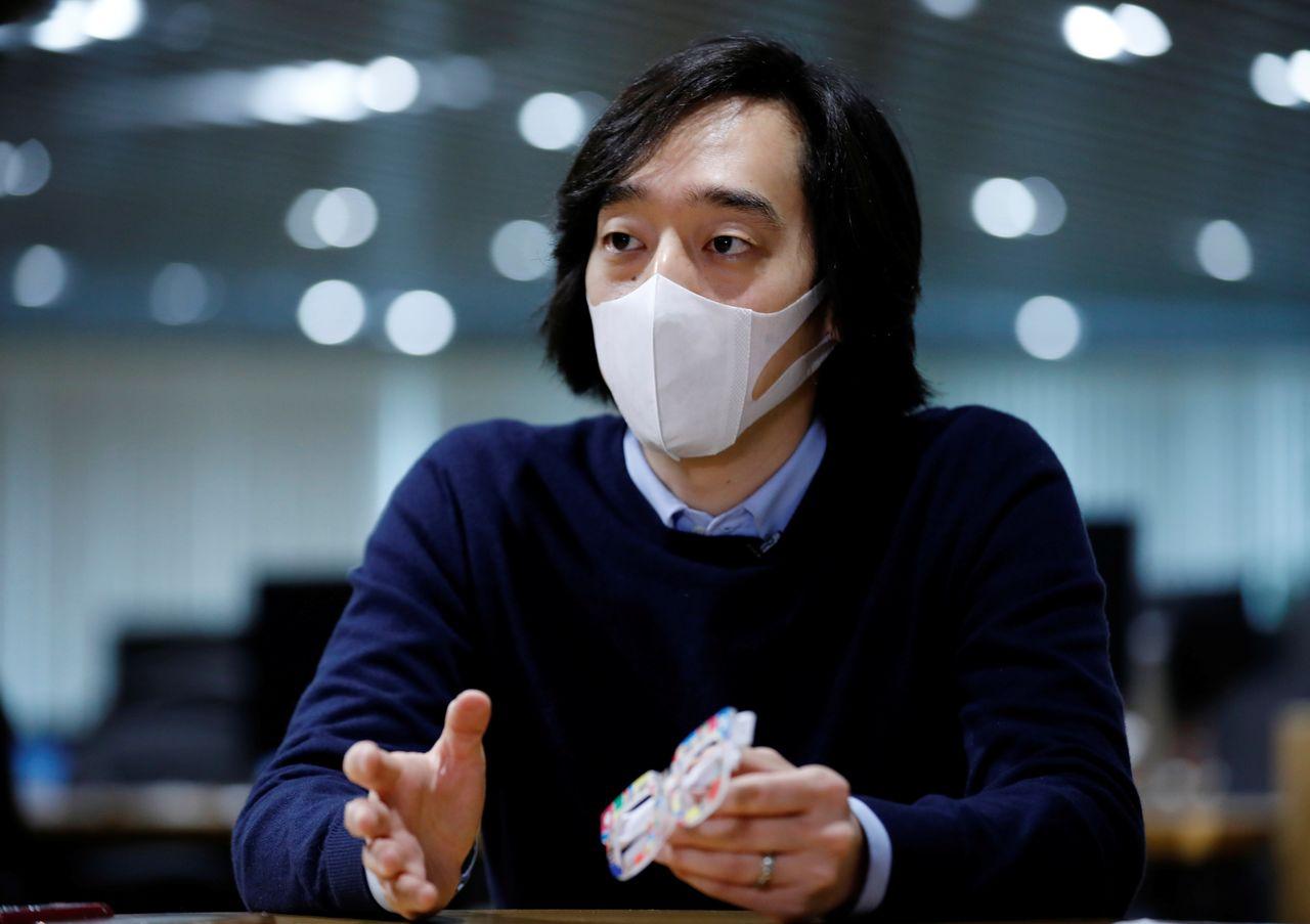 Главный операционный директор Zozo Inc Ито Масахиро даёт интервью Reuters после демонстрации Zozoglass в офисе компании в Токио, Япония, 28 января 2021 г. Фотография сделана 28 января 2021 г. REUTERS / Kim Kyung-Hoon