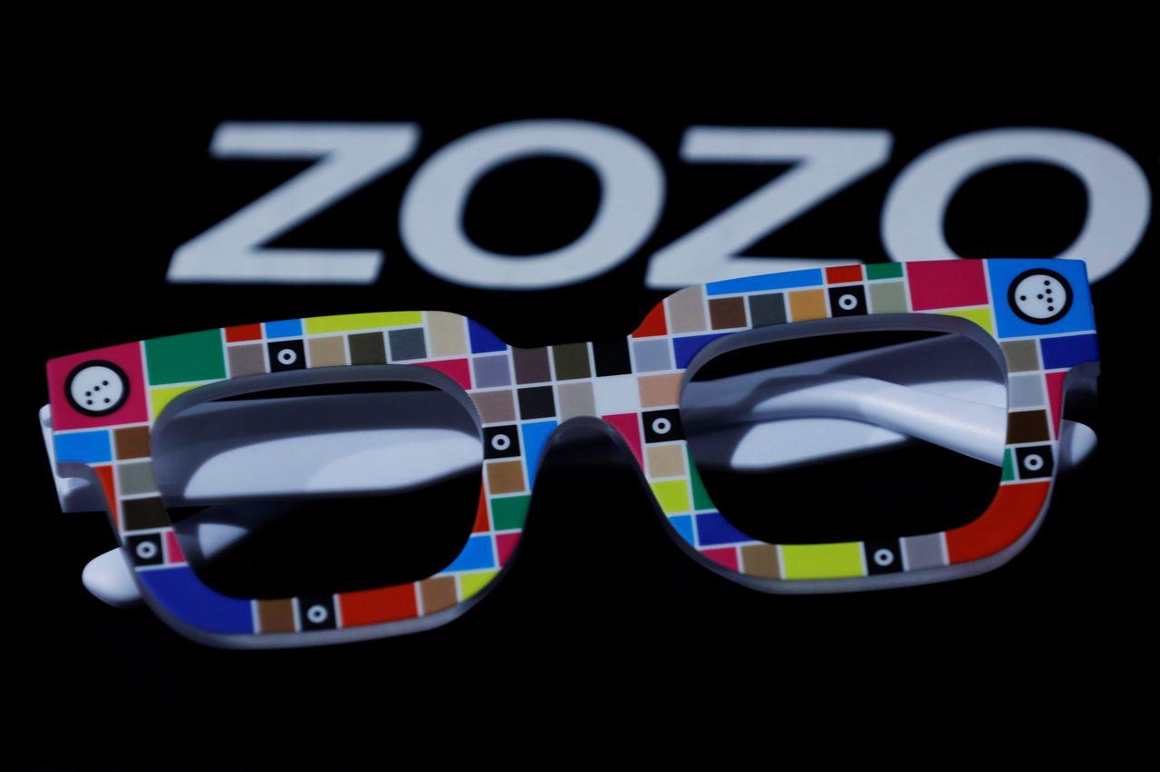 Очки Zozoglass интернет-магазина модной одежды Zozo Inc, используемые для измерения тона кожи при заказе косметики через Интернет, изображение во время демонстрации в офисе компании в Токио, Япония, 28 января 2021 г. Снимок сделан 28 января 2021 г. REUTERS / Kim Kyung-Hoon