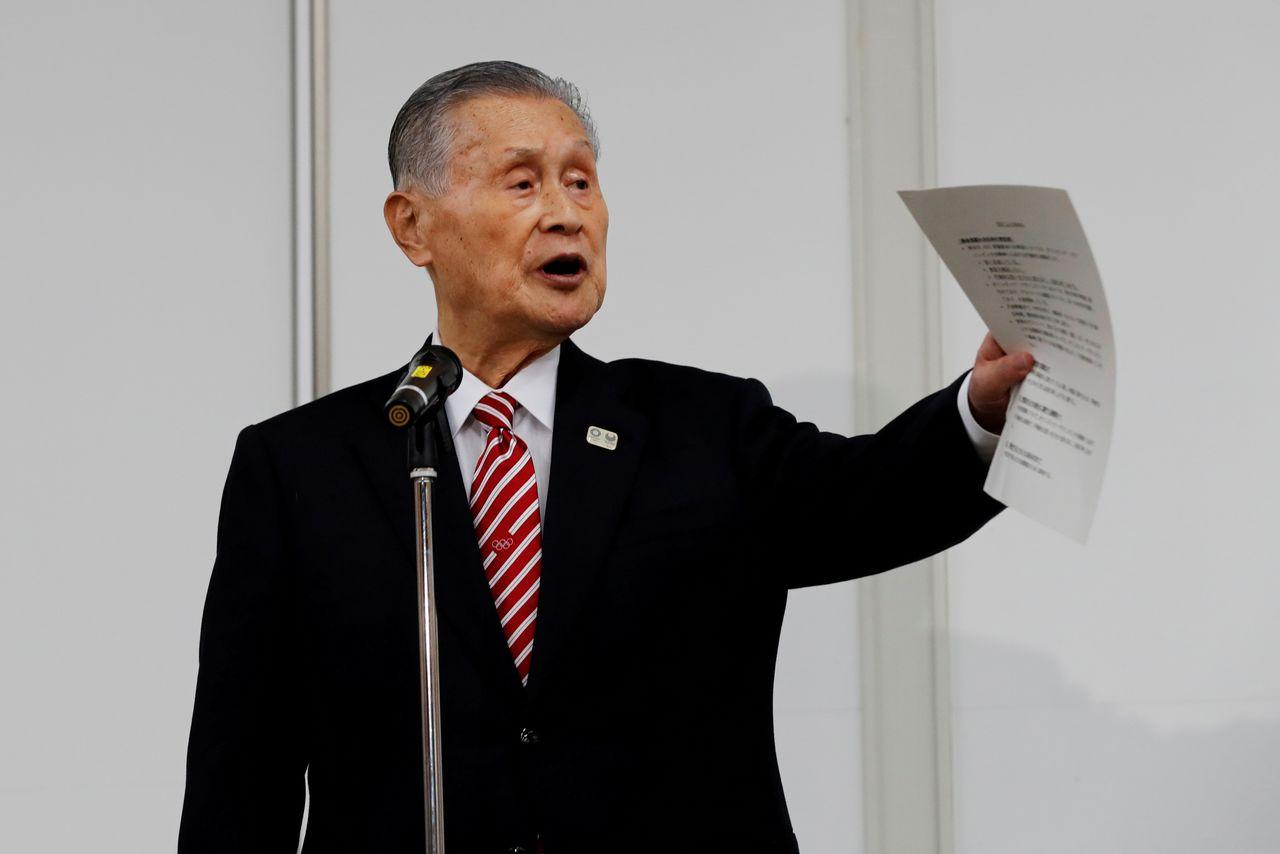 ФОТОГРАФИЯ: Президент оргкомитета Игр в Токио 2020 Мори Ёсиро выступает на пресс-конференции в Токио, Япония, 4 февраля 2021 г. REUTERS / Kim Kyung-Hoon / Pool