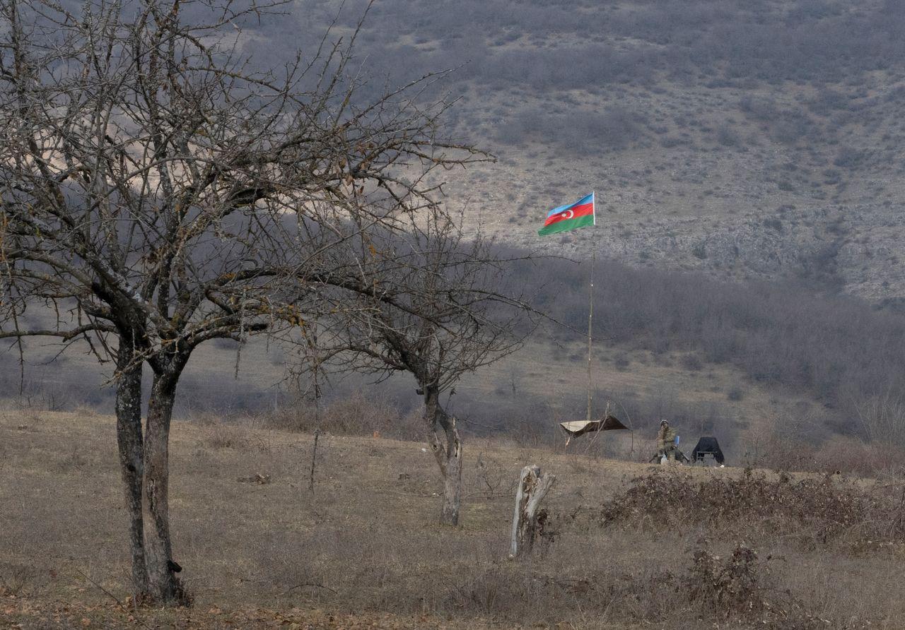 ФОТОГРАФИЯ: Азербайджанский солдат на боевых позициях возле села Тагавард в районе Нагорного Карабаха, 18 января 2021 г. REUTERS / Артем Микрюков