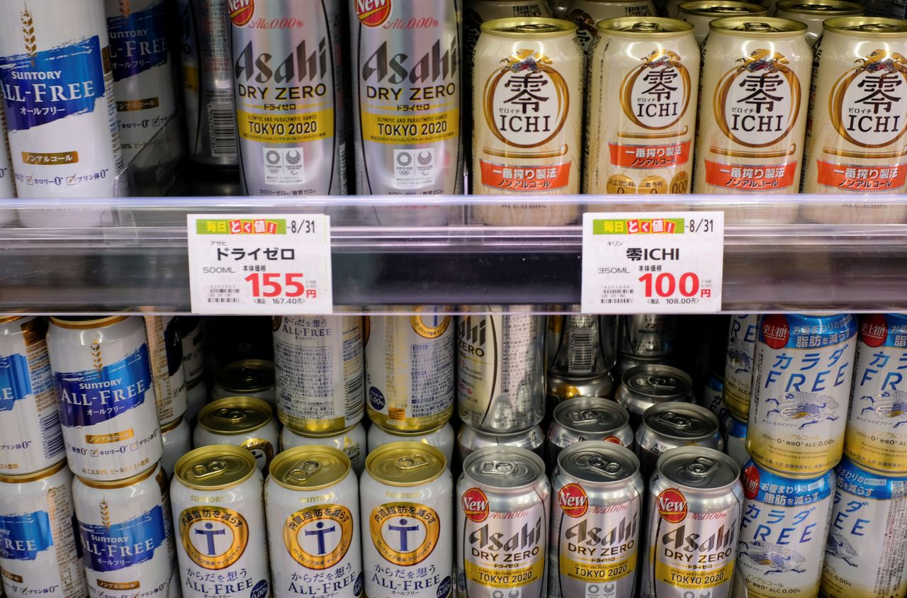 Банки разных сортов безалкогольного пива, в том числе от Asahi, Kirin и Suntory, на полке супермаркета в Токио, Япония, 9 марта 2021 г. Фотография сделана 9 марта 2021 г. REUTERS / Ritsuko Ando