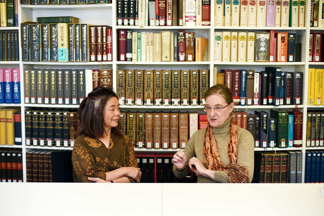 Тавада Ёко и Ирмела Хидзия-Киршнерайт во время беседы в Институте японоведения Свободного университета Берлина