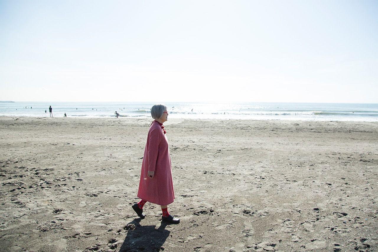 На пляже Юигахама неподалёку от дома Кадоно в Камакуре