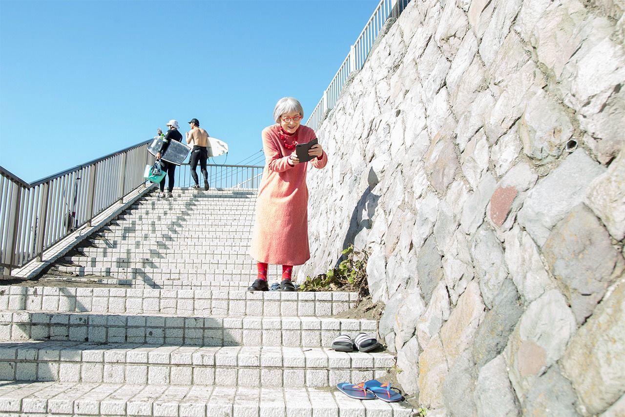 Разноцветные шлёпанцы привлекли внимание Кадоно, когда мы спускались по лестнице на пляж. «Подожди минутку. Я хочу сделать фото для своего аккаунта в Инстаграме».