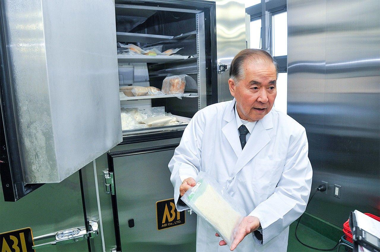 Президент Овада достает замороженные с помощью технологии CAS продукты из морозильной камеры